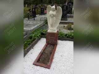Заельцовское кладбище. Скульптура из литьевого мрамора в виде ангела установлена на подставку из красного курдайского гранита происхождения Казахстан. Фрезеровка символов и крестика. Отсыпка мраморной крошкой.
