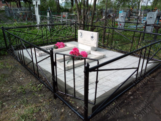 Каменское кладбище. Был произведен демонтаж старого памятника и установка его на тротуарную плитку.