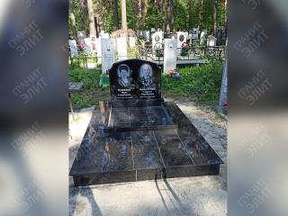 Инское кладбище. Семейный памятник и подиум из черного гранита производства Китай. Высота гранитного подиума 15см.